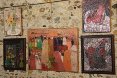 Gambus, différentes huiles sur toiles : o 1. Simone Gambus, Vase droit, Huile sur toile, 60 cm x 50 cm,1984 o 2. Simone Gambus, Boutique Grise, Huile sur isorel, 64 cm x 53 cm, 1968 o 3. Simone Gambus, Près des Remparts (Maroc), Huile sur toile, 89 cm x 116 cm o 4. Simone Gambus, Le Marché, Huile sur toile, 54 cm x 65 cm, 1998 o 5. Simone Gambus, Envasées, Huile sur toile, 64 cm x 53 cm, 1987